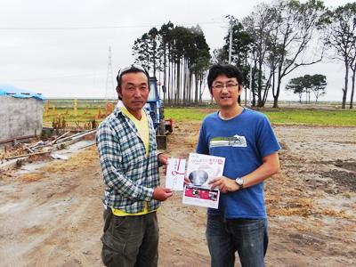 上野代表(左)と当社スタッフ(福島県南相馬市原町区)